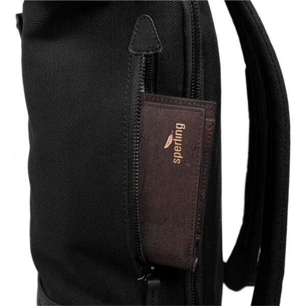 schwarzer Rucksack mit Seitenfach